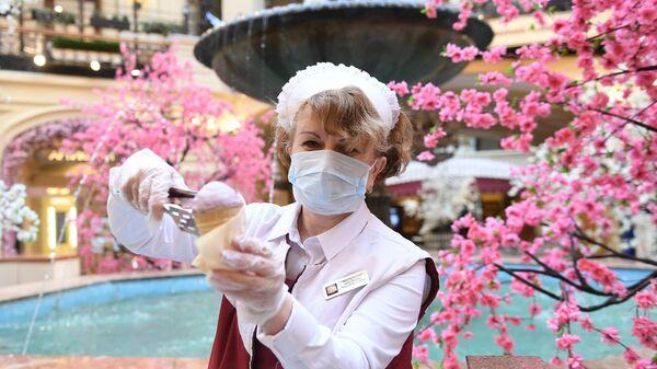 Продавец мороженного в защитной маске в ГУМе