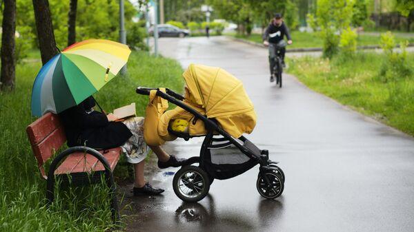 Женщина с детской коляской на Жулебинском бульваре в Москве