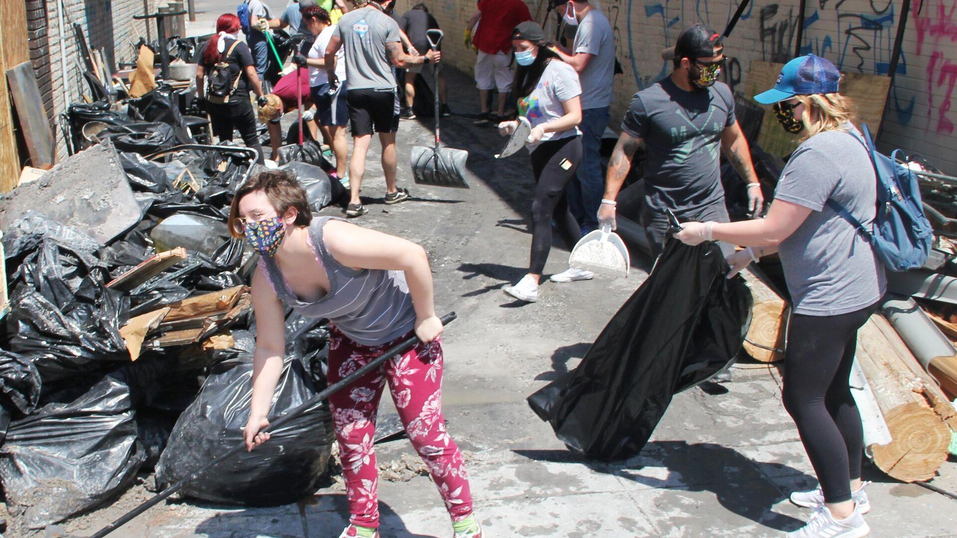Жители Миннеаполиса вышли на уборку на улицу Лейк-стрит - РИА Новости, 1920, 08.03.2021