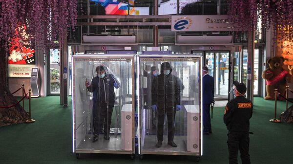 Посетители проходят через кабины дезинфекции при входе в торговый центр Европейский, который  возобновил работу в рамках второго этапа снятия ограничений в Москве