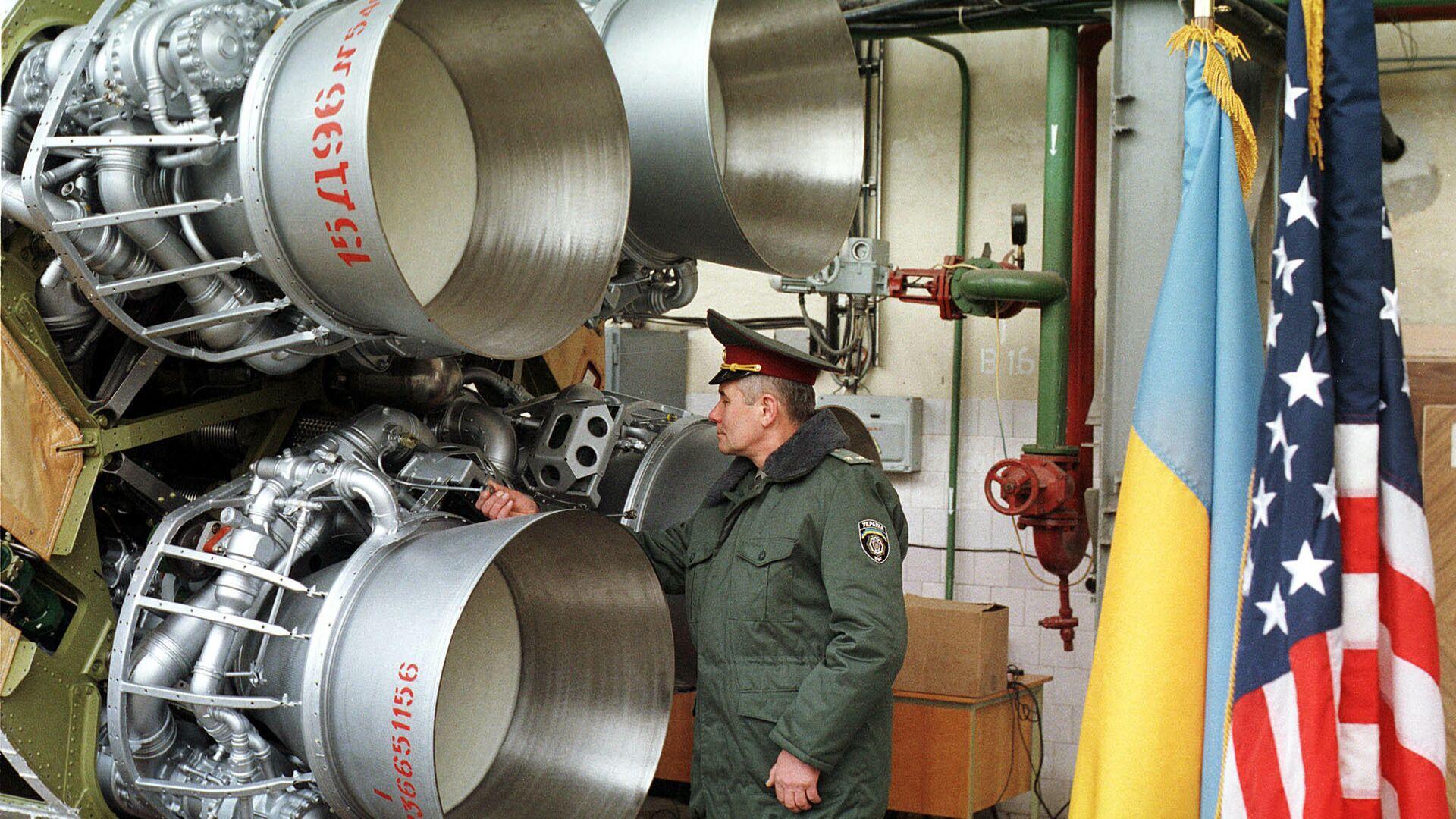 Украинский военный осматривает ракету SS-19 перед ее демонтажем в рамках договора об уменьшении ядерного вооружения. Днепропетровск, Украина. 1999 год - РИА Новости, 1920, 29.04.2021