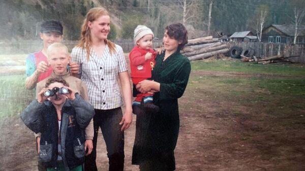 Анна с детьми в год, когда вышла из тайги