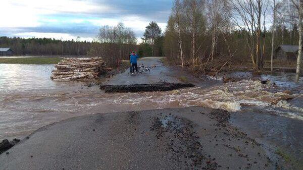 Размытая дорога в результате паводка в финской Лапландии