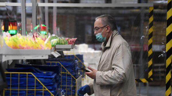 Покупатель в магазине ИКЕА в Москве.