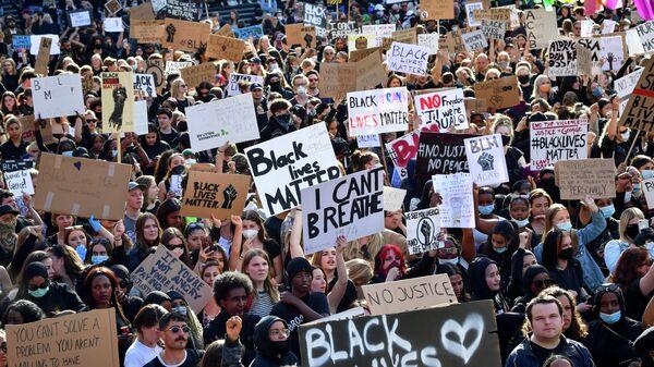 Несколько тысяч человек в центре Стокгольма приняли участие в акции протеста против полицейского насилия в США, были зафиксированы стычки протестующих с полицией.