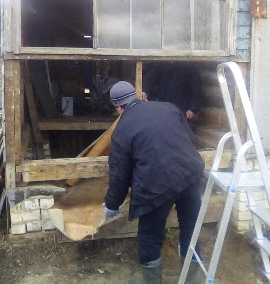 Строители делают ремонт дома