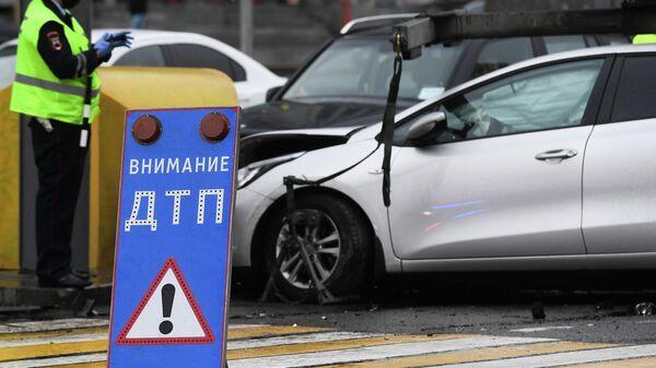 Сотрудник ДПС на месте аварии в Москве