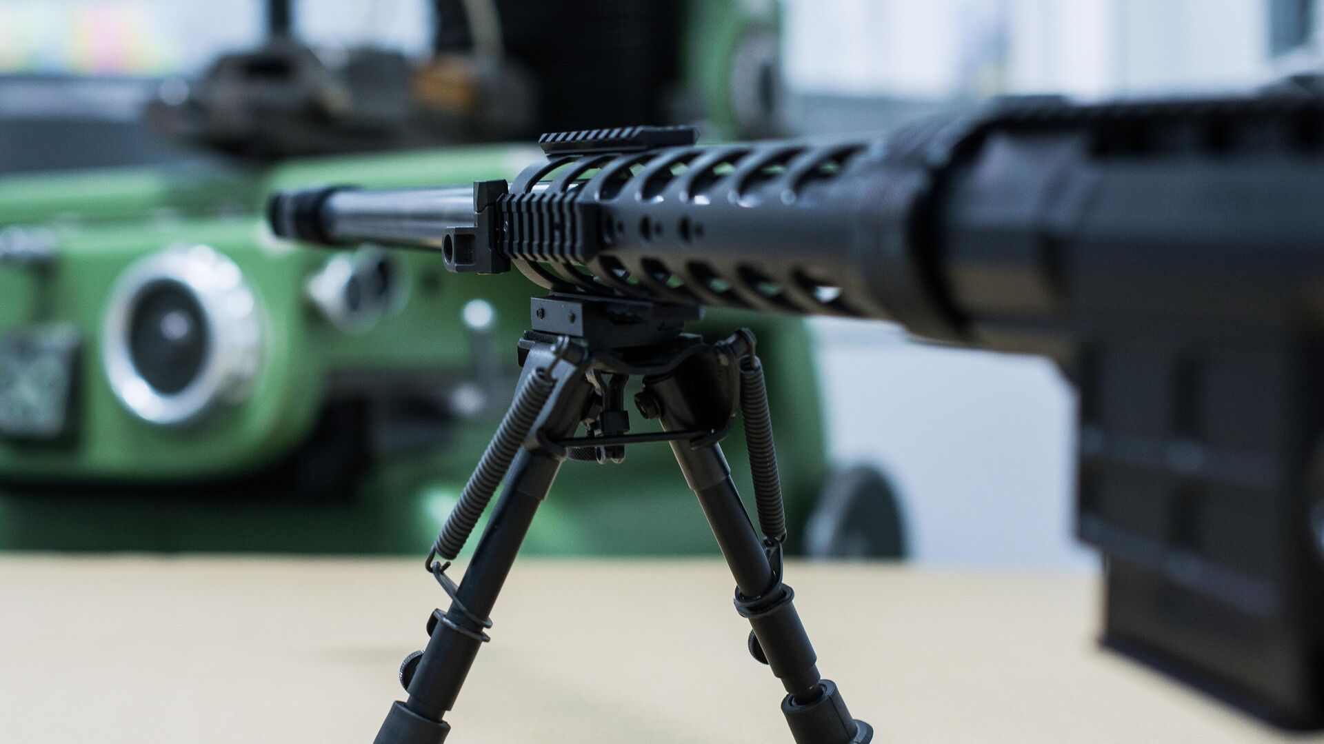 Снайперская винтовка на сошках на заводе по производству снайперских винтовок оружейной компании Lobaev Arms - РИА Новости, 1920, 05.06.2020