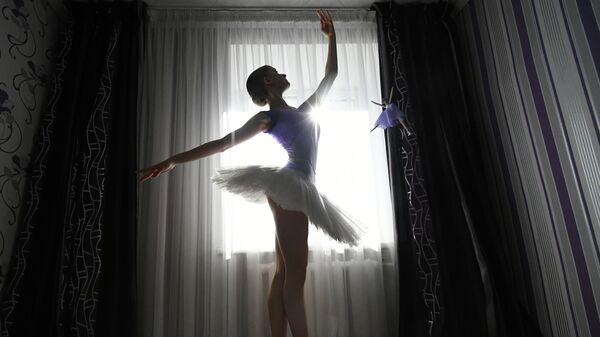 Выпускница Красноярского хореографического колледжа Анастасия Шевцова во время подготовки к выпускному экзамену