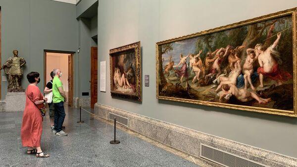 Посетители открытого музея Прадо в Мадриде