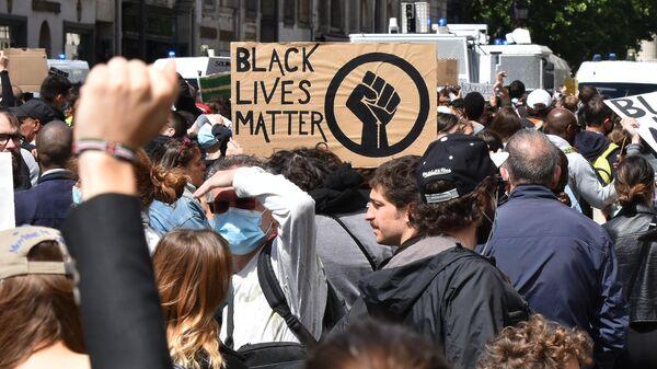 Участники протеста против произвола полиции на одной из улиц в Париже