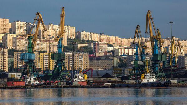 Вид на город и порт Мурманска со стороны Кольского залива