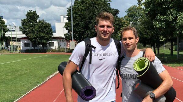 Тренер баскетбольного клуба Химки по физической подготовке Юре Дракслар (справа) вместе с баскетболистом Лукой Дончичем