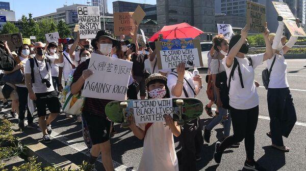 Участники акции протеста против расизма в японской Осаке