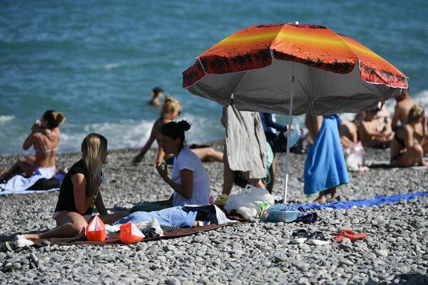 Отдыхающие на пляже в Ялте