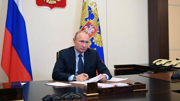 Президент РФ Владимир Путин во время встречи в режиме видеоконференции с социальными работниками государственных учреждений и НКО