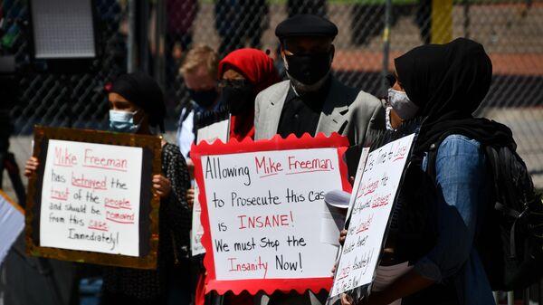 Протестующие у Центра общественной безопасности округа Хеннепин, где по видеосвязи должны допросить полицейского Дерека Авена, обвиняемого в убийстве Джорджа Флойда