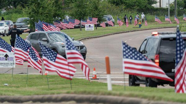 Флаги США возле церкви The Fountain of Praise в Хьюстоне во время церемонии прощания с афроамериканцем Джорджем Флойдом, погибшем при задержании в Миннеаполисе