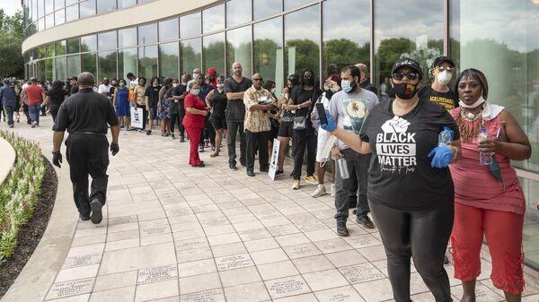 Скорбящие возле церкви The Fountain of Praise в Хьюстоне во время церемонии прощания с афроамериканцем Джорджем Флойдом