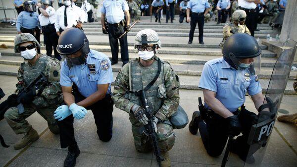 Сотрудники полиции и Национальной гвардии на коленях перед протестующими в Филадельфии, США