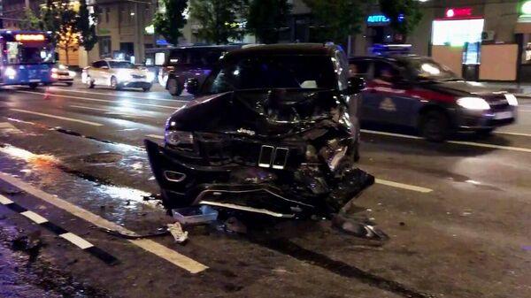 Автомобиль актера Михаила Ефремова на месте ДТП на Смоленской площади в Москве