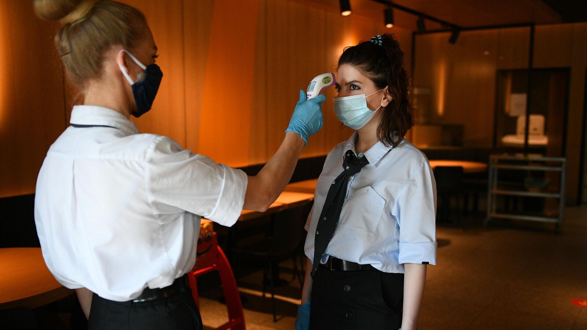 Менеджер ресторана Макдоналдс измеряет температуру коллеге - РИА Новости, 1920, 24.06.2021