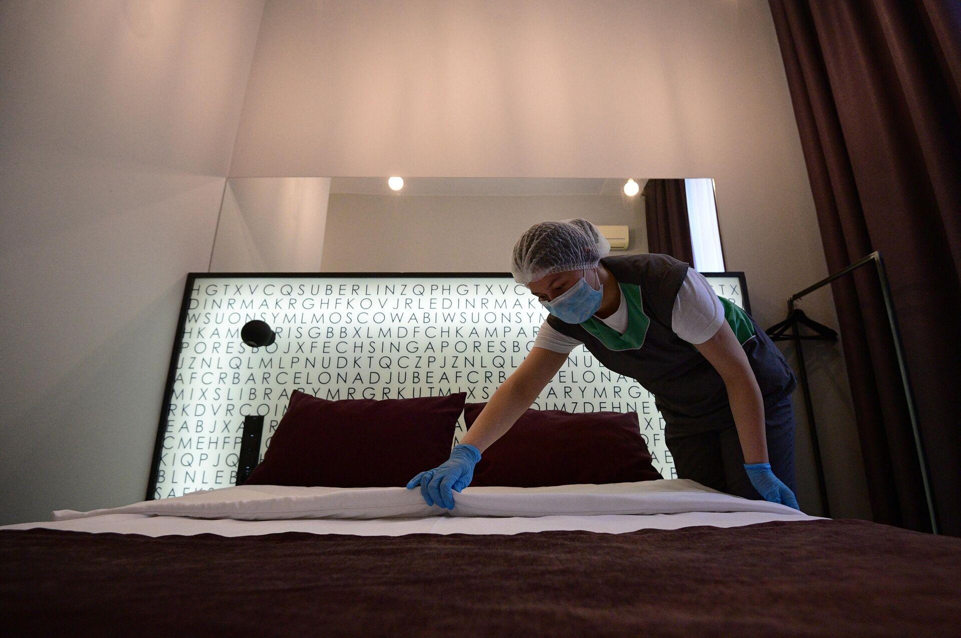 Горничная застилает кровать в номере отеля Library в Москве - РИА Новости, 1920, 23.04.2021