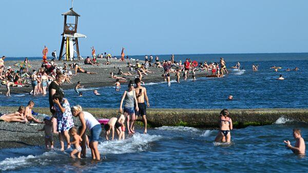 Отдыхающие на пляже Чайка в Адлерском районе города Сочи