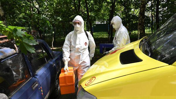 Фельдшеры скорой медицинской помощи во время выезда к пациенту с подозрением на коронавирус