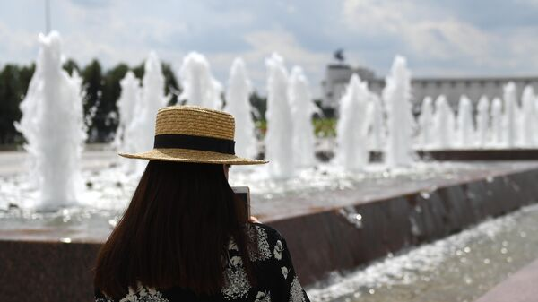 Девушка у фонтанов на Поклонной горе в Москве