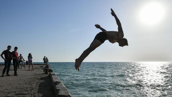Люди отдыхают на пляже в Крыму