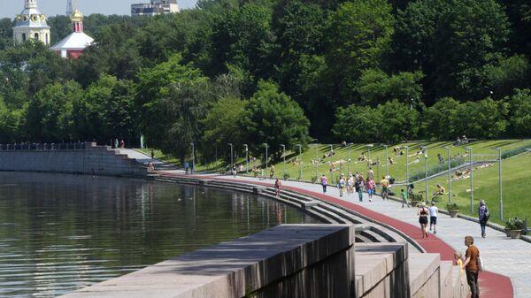 Люди отдыхают в парке на Воробьевых горах в Москве