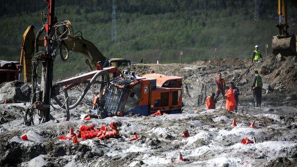 Буро-взрывные работы на месте строительства временной ветки железной дороги на перегоне Выходной-Кола в Кольском районе Мурманской области