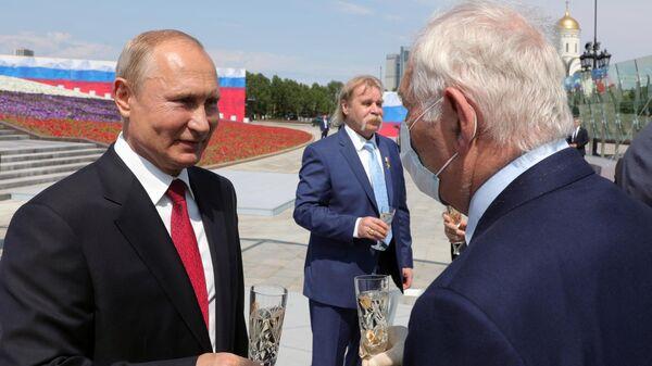 Президент РФ Владимир Путин на церемонии вручения золотых звезд Героям Труда на Поклонной горе