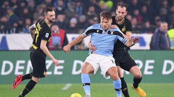 Нападающий Лацио Чиро Иммобиле в матче чемпионата Италии против Интера