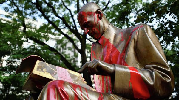 Памятник журналисту Индро Монтанелли, измазанный красной краской во время акций протеста в Милане, Италия