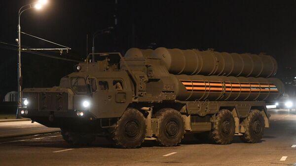 Зенитный ракетный комплекс С-400 Триумф во время въезда на специальную временную площадку на улице Нижние Мневники в Северо-Западном округе Москвы