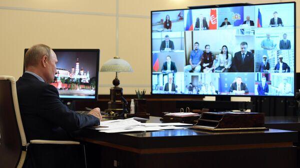 Президент РФ Владимир Путин проводит в режиме видеоконференции совещание о реализации мер поддержки экономики и социальной сферы
