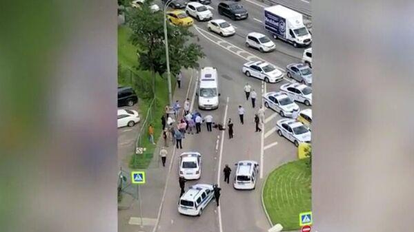 Оперативные службы на месте вооруженного нападения на полицейских на Ленинском проспекте