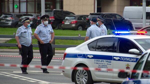 Сотрудники полиции на месте стрельбы на Ленинском проспекте