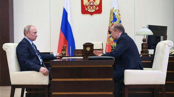 Президент РФ Владимир Путин и директор ФСБ России Александр Бортников во время встречи