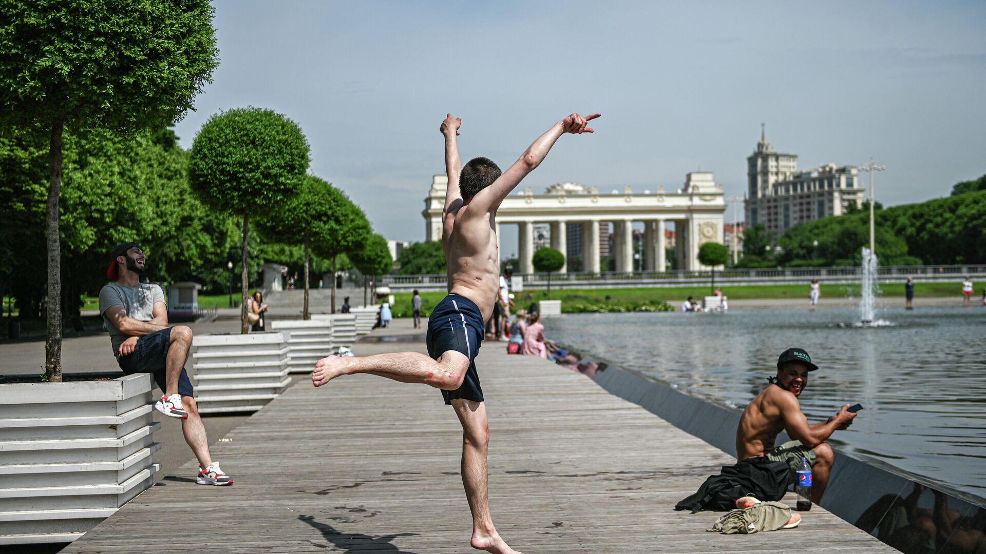 Отдыхающие в Парке Горького в Москве - РИА Новости, 1920, 17.04.2021
