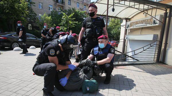 Полицейские задерживают одного из участников акции Немой президент - не мой президент! в Киев