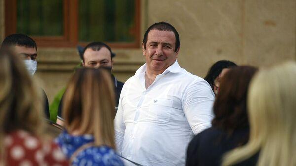 Лидер оппозиционной парламентской фракции Процветающая Армения бизнесмен Гагик Царукян у здания суда