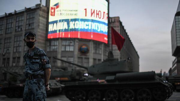 Танки Т-34-85 во время прохода по Тверской улице перед началом ночной репетиции парада в честь 75-летия Победы