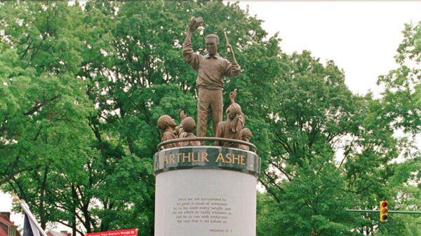 Памятник теннисисту Артуру Эшу в Ричмонде