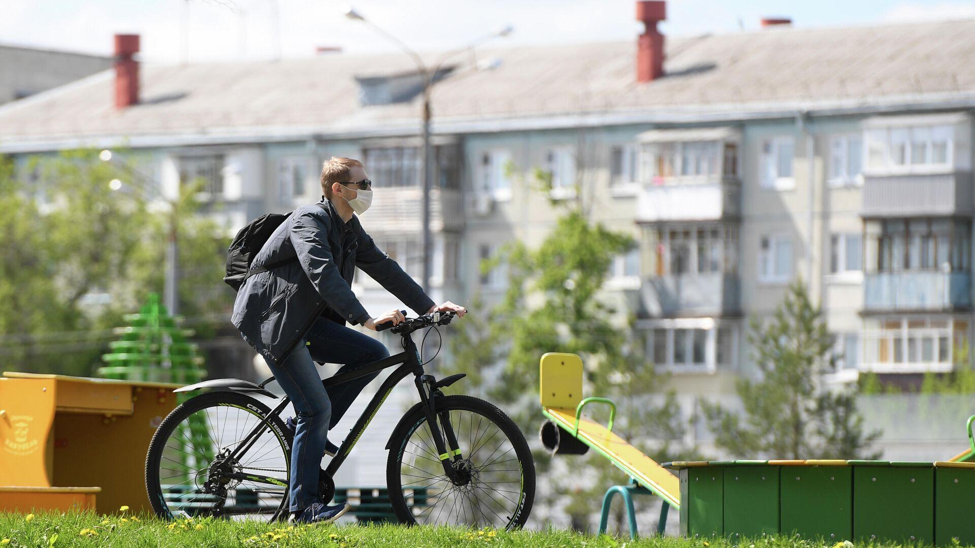 Мужчина едет на велосипеде в Казани - РИА Новости, 1920, 11.08.2020