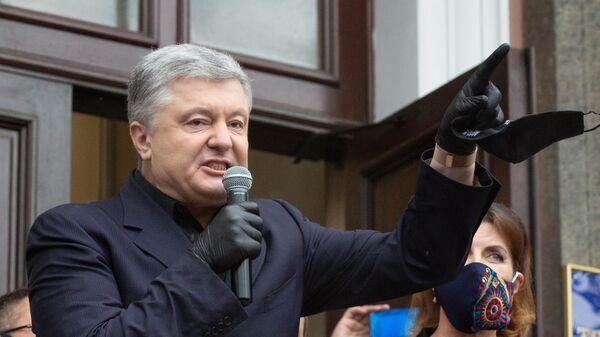 Петр Порошенко выступает у здания Печорского районного суда на акции своих сторонников в Киеве