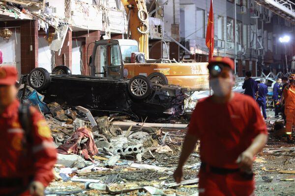 Последствия взрыва цистерны с горючим в на скоростной трассе Шэньян – Хайкоу в Китае
