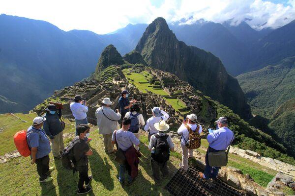 Эксперты во главе с губернатором Куско Жаном Полем Бенавенте во время посещения Мачу-Пикчу